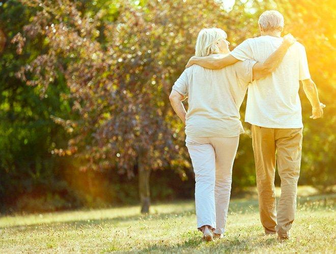 Ehepaar macht Spaziergang über Wiese